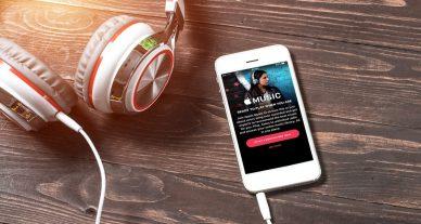 foto de celular e fone de ouvido em cima da mesa