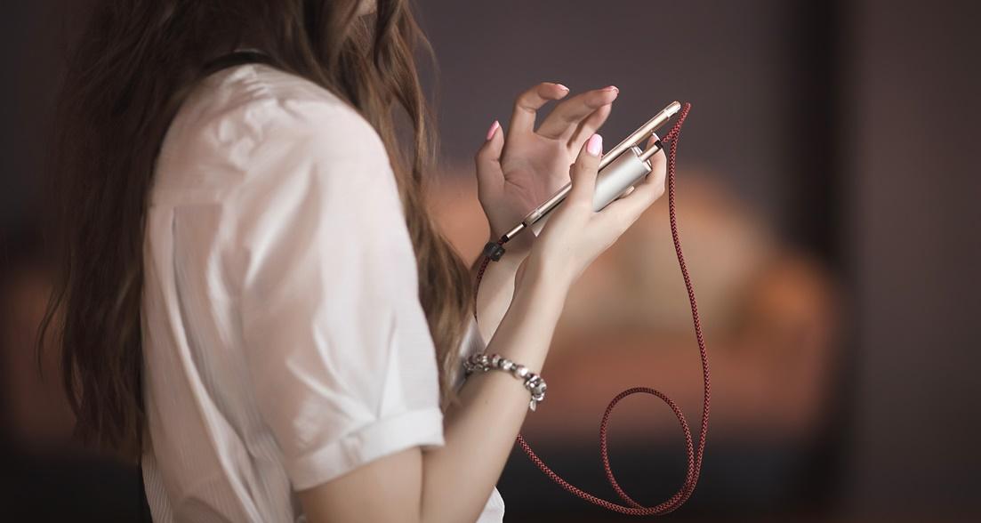 foto de menina mexendo no celular